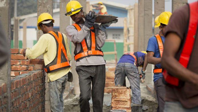 Многие нелегально работающие иностранцы живут в нечеловеческих условиях.