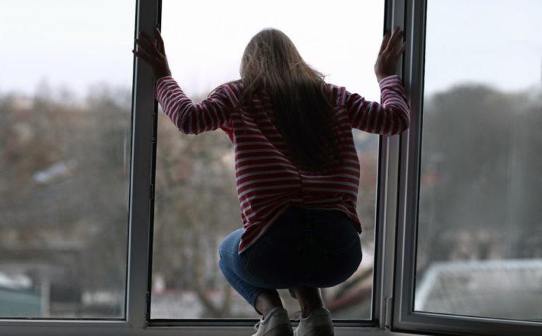 Женщина спрыгнула с 4 этажа здания Deniz Plaza