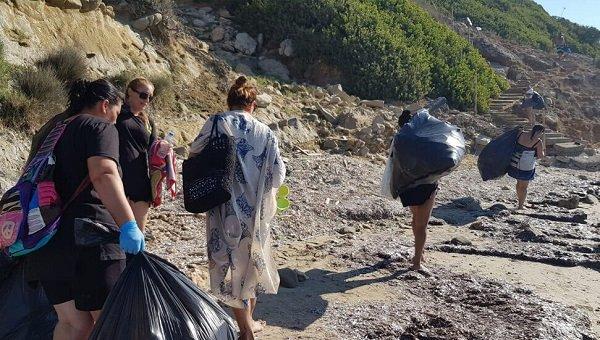 Волонтеры проводят операцию по уборке пляжа